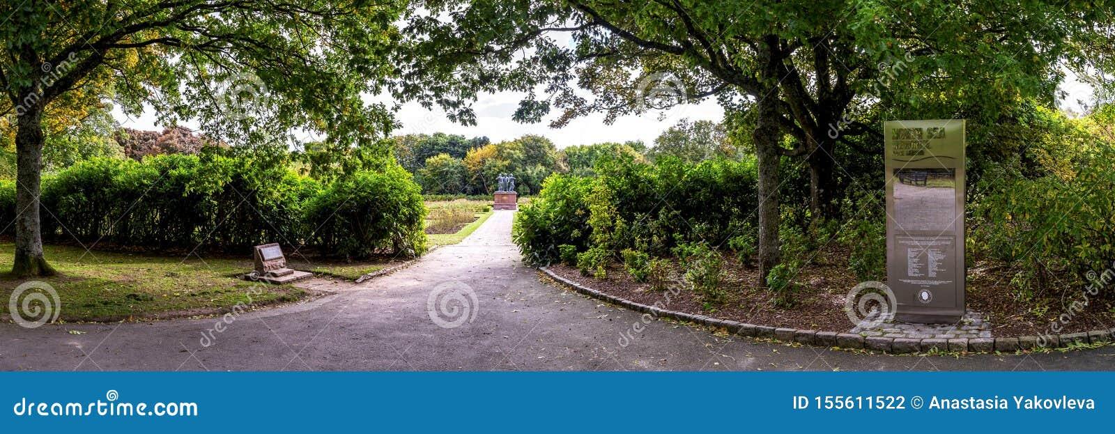 Uma entrada ao memorial do Mar do Norte e jardim de rosas no parque de Hazlehead, Aberdeen, Escócia