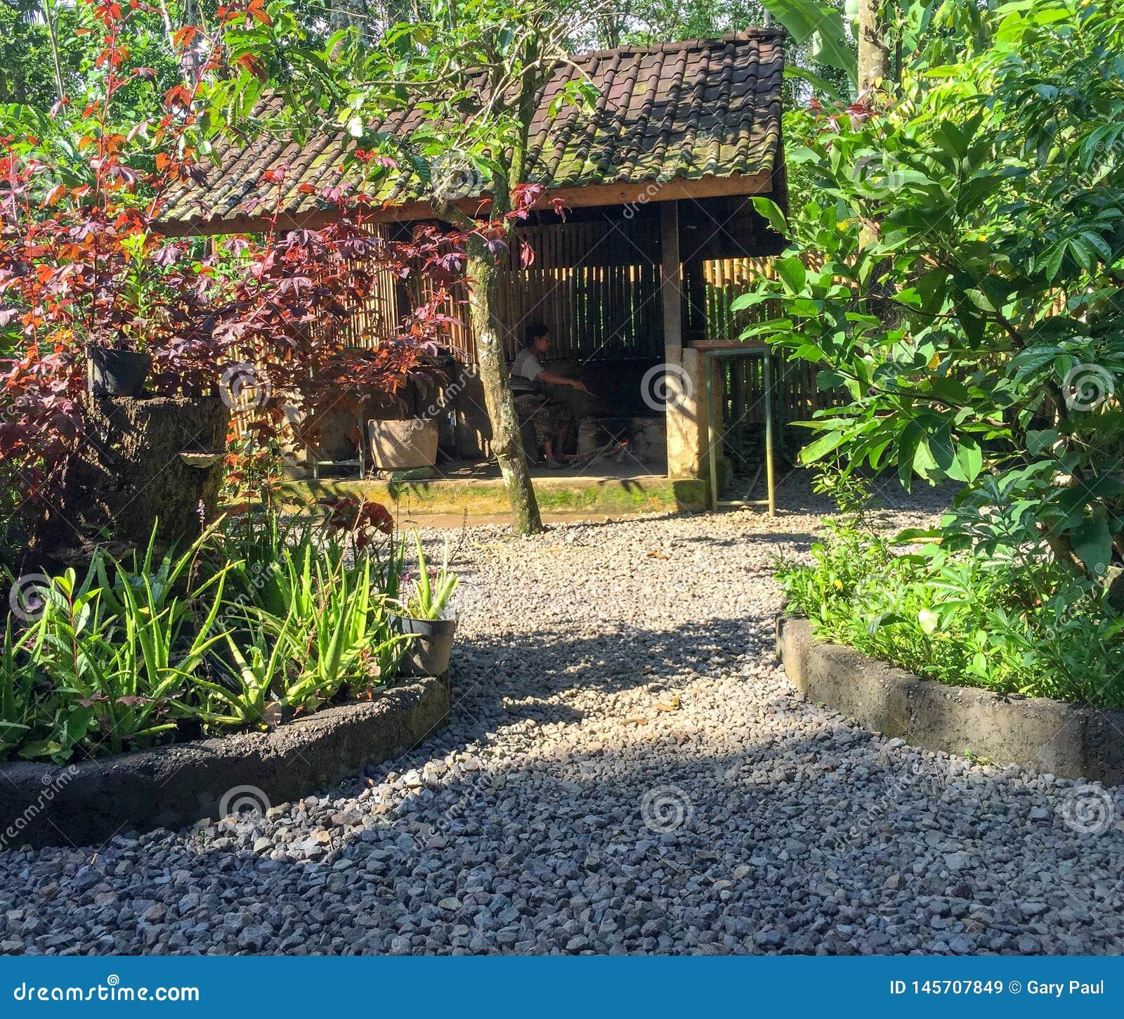 Uma entrada indonésia do jardim em Bali, Indonésia