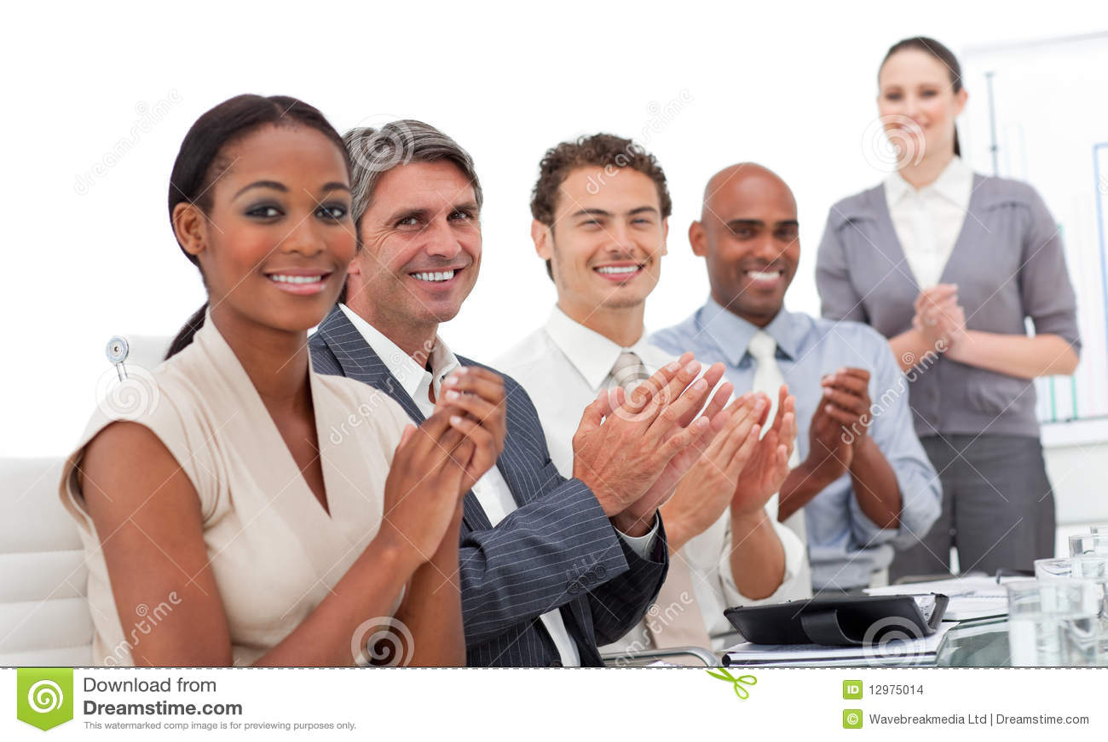 Uma equipe do negócio que aplaude uma apresentação