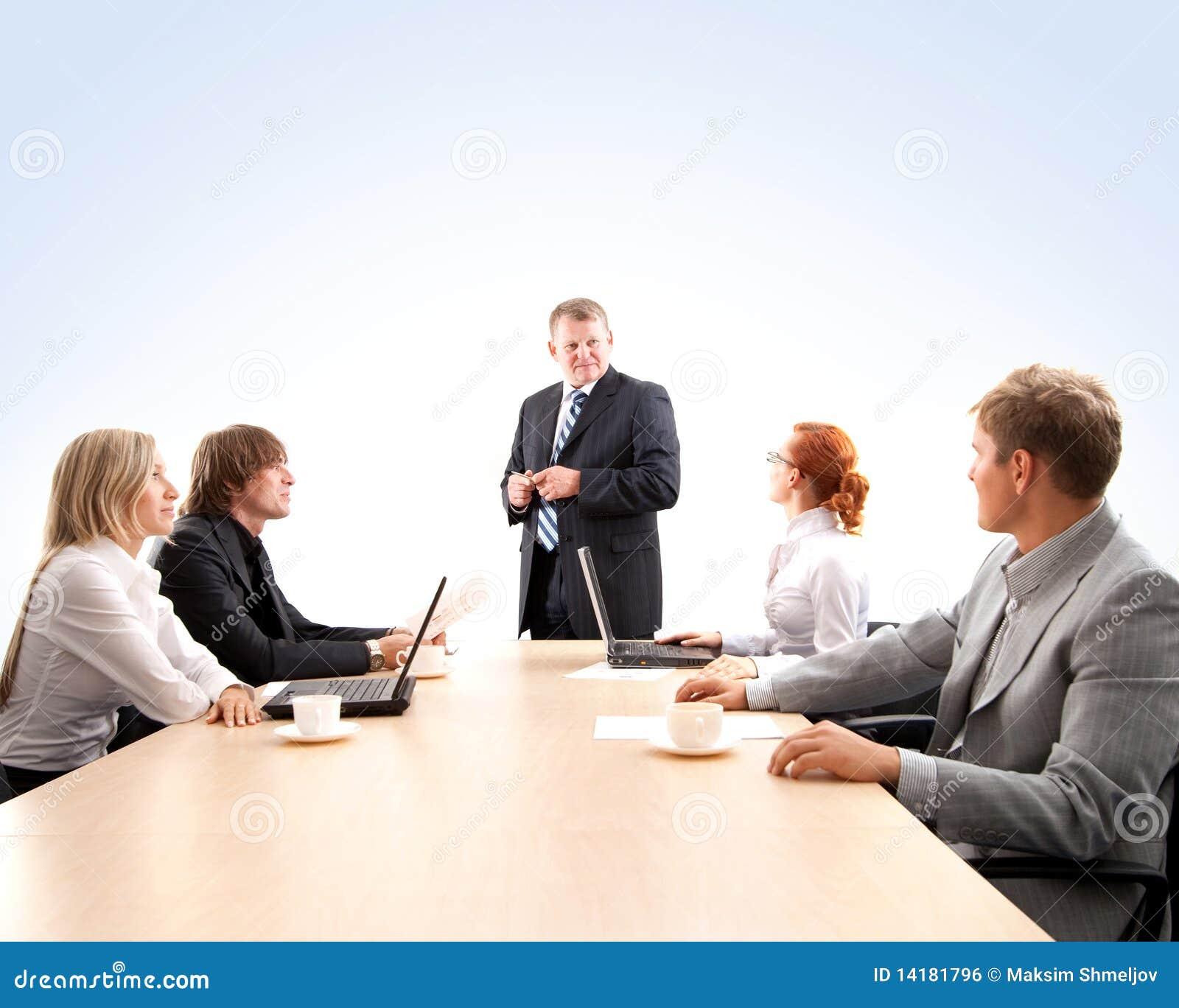 Uma equipe nova do negócio em uma reunião