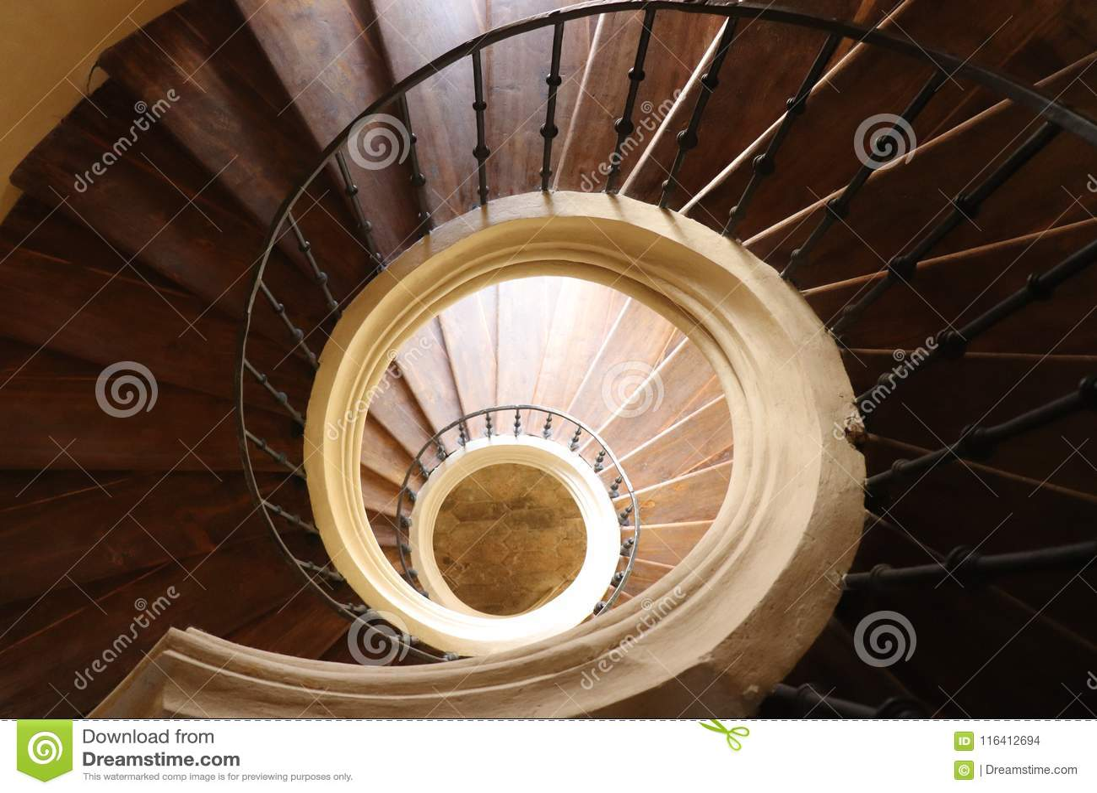 Uma escadaria espiral na igreja da suposição de nossos senhora e St John o batista