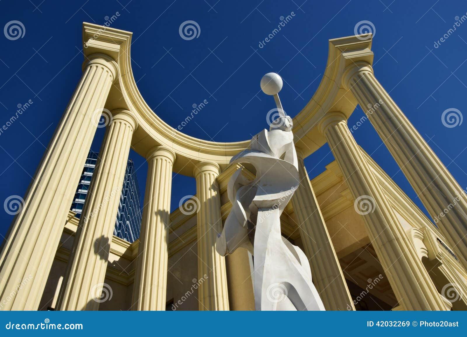 Uma estátua dentro de uma metade-rotunda