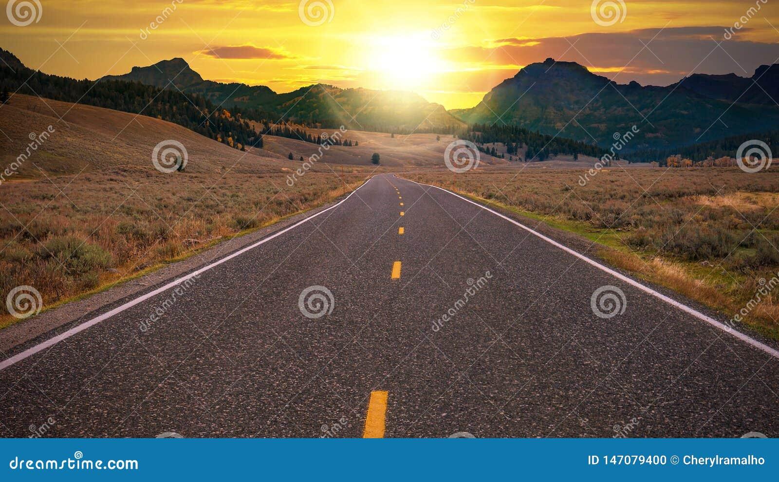 Uma estrada de duas pistas que conduz a um dia novo fresco
