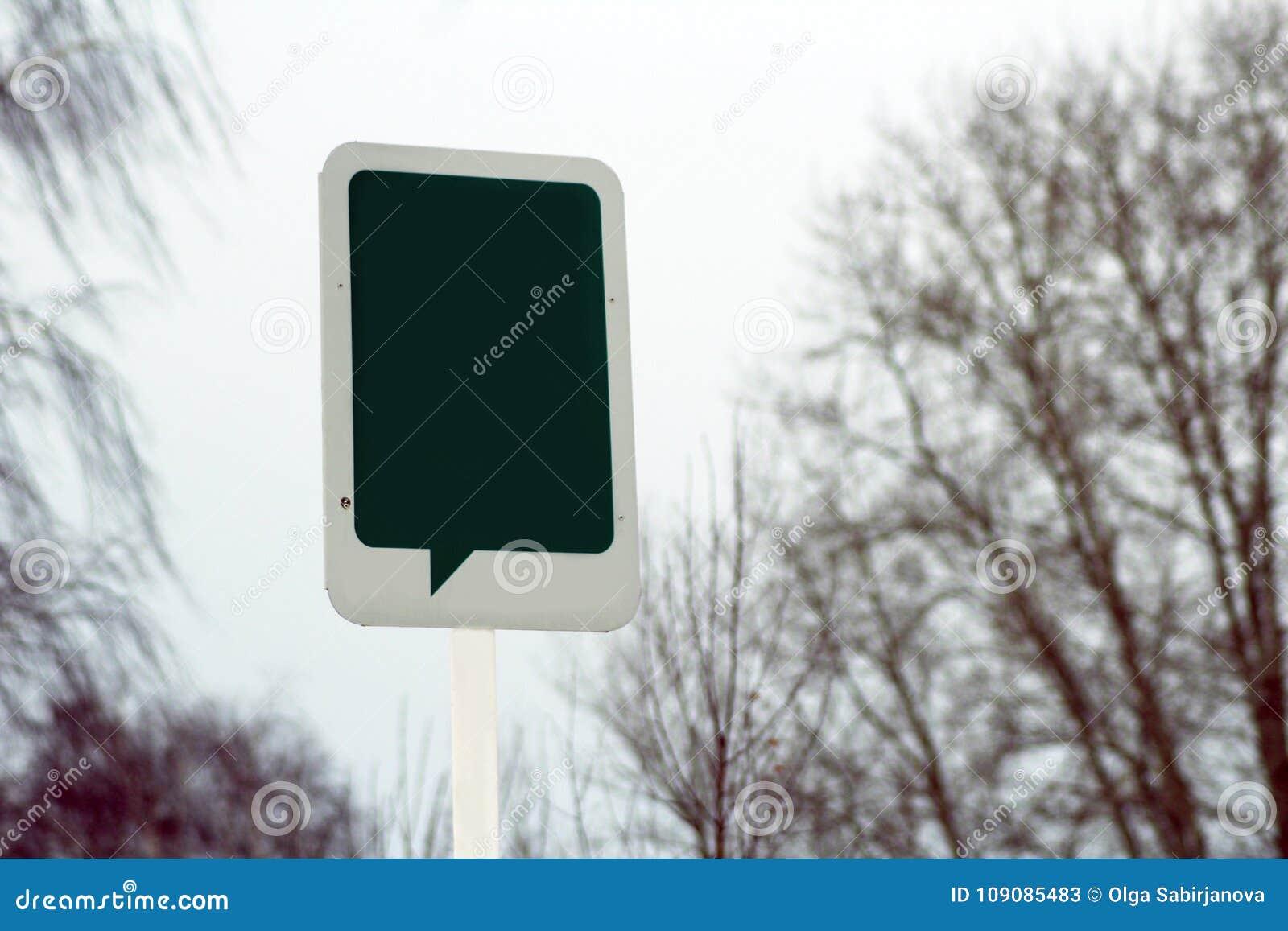 Uma etiqueta na árvore no parque placa na etiqueta de madeira para a mensagem do conceito