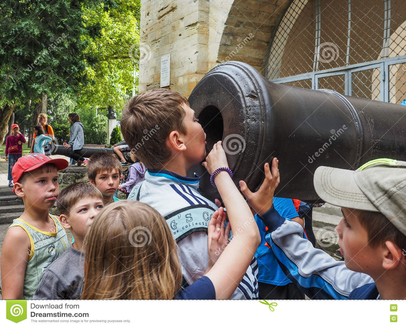 Uma excursão educacional para crianças dos acampamentos na cidade do russo de Anapa