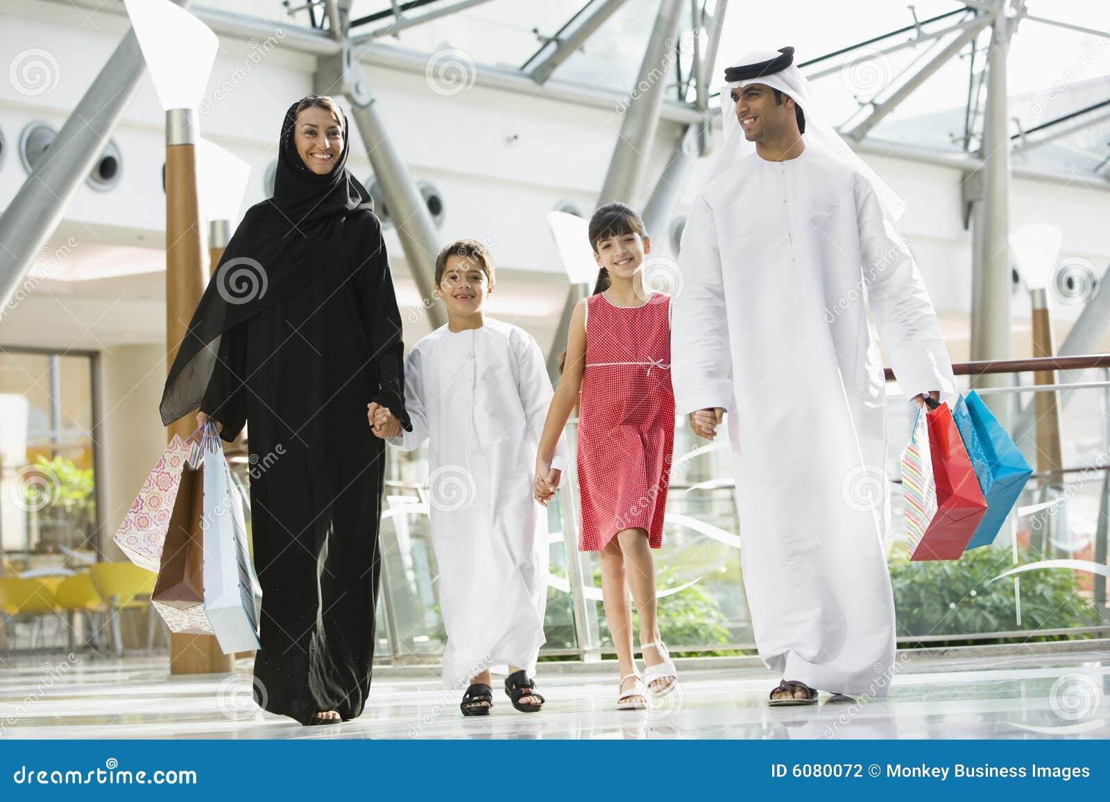 Uma família do Oriente Médio em uma alameda de compra