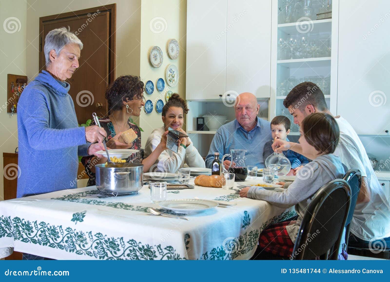 Uma família italiana tem o almoço com massa