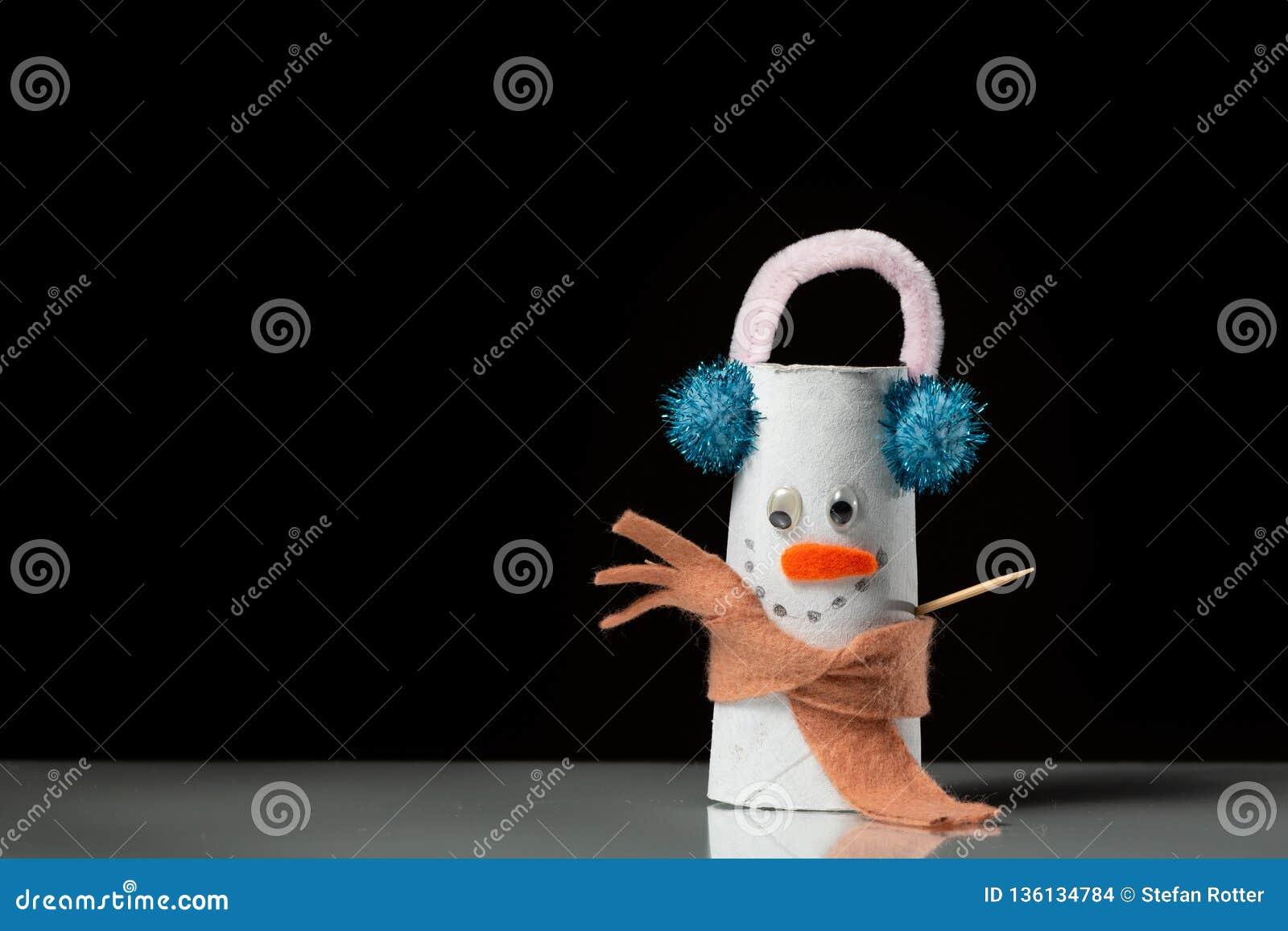 Uma Figura De Um Boneco De Neve Feito De Um Rolo Do Papel Higiênico