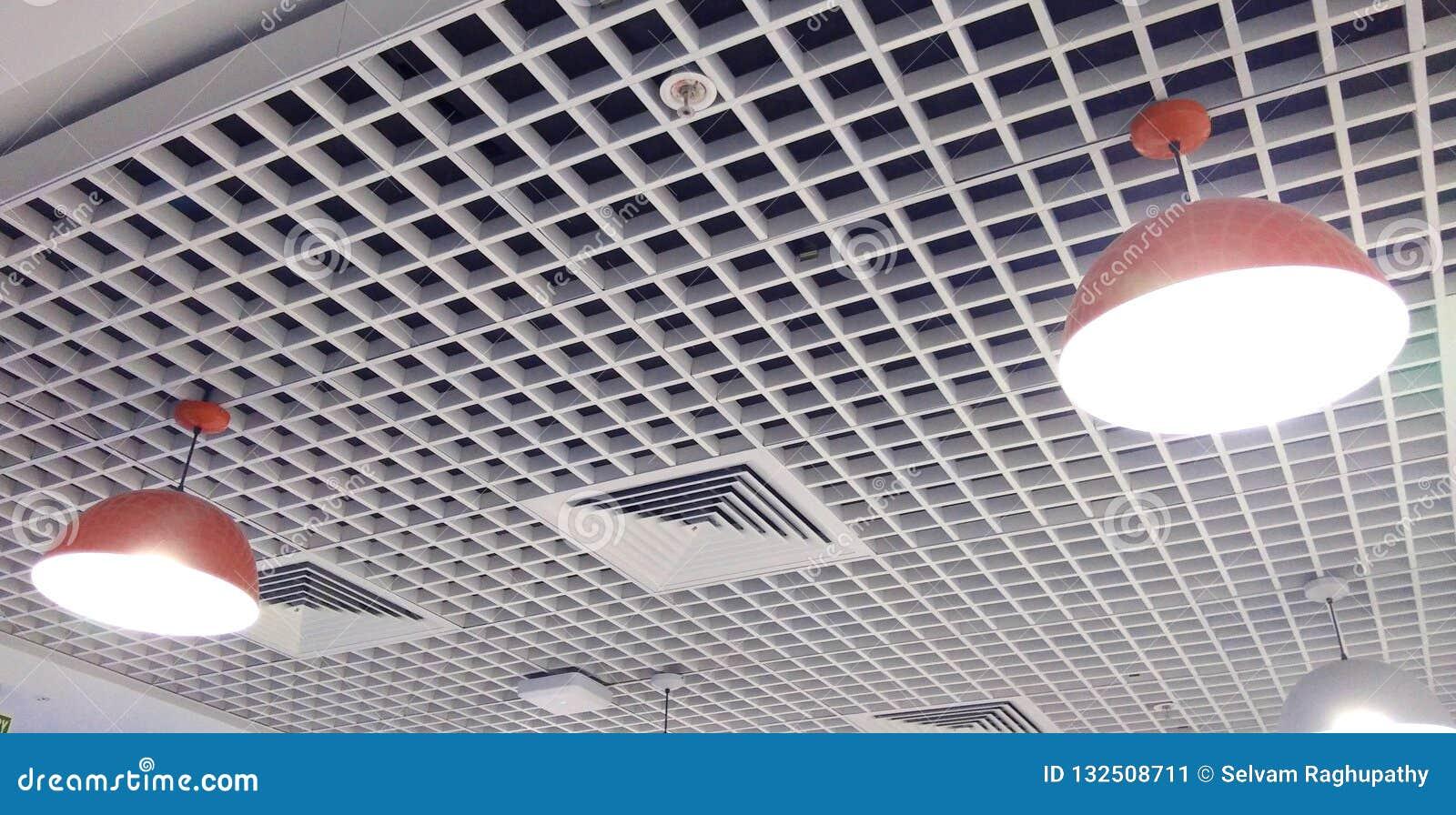 Uma fileira ajustada clara do teto interior projetado