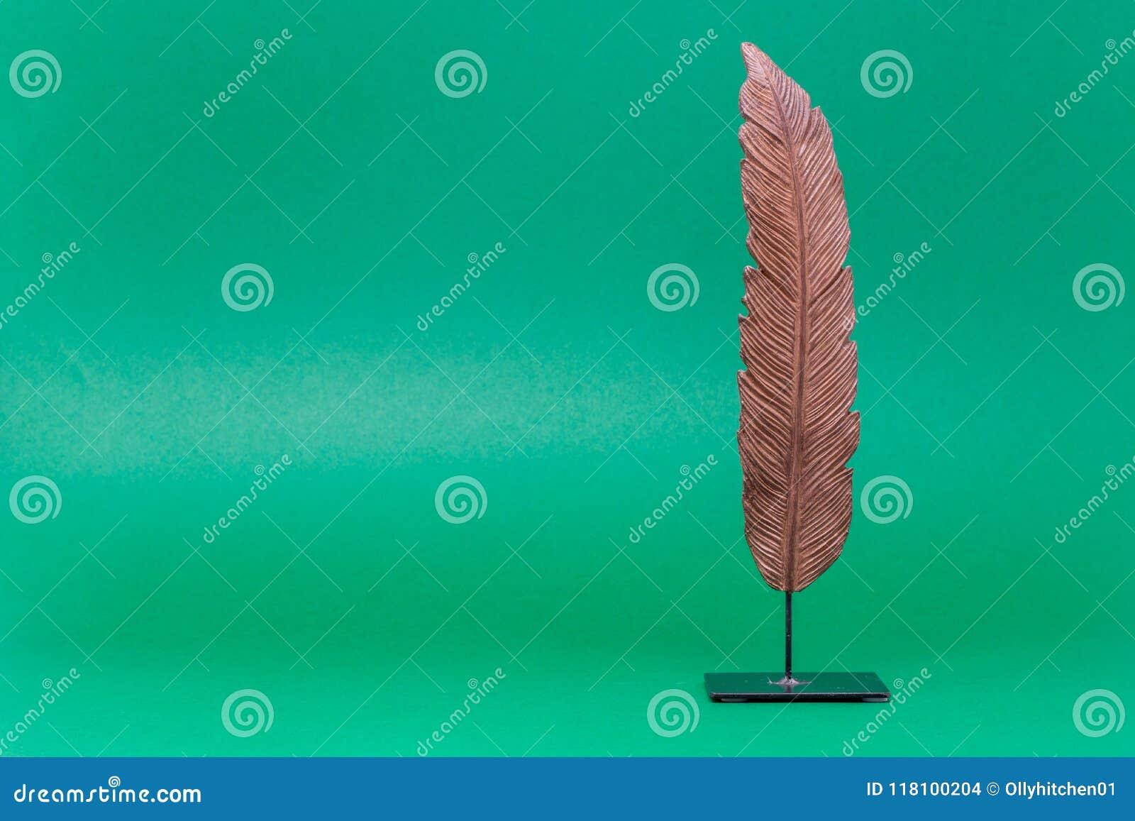 Uma folha cinzelada ajustou-se contra um fundo verde