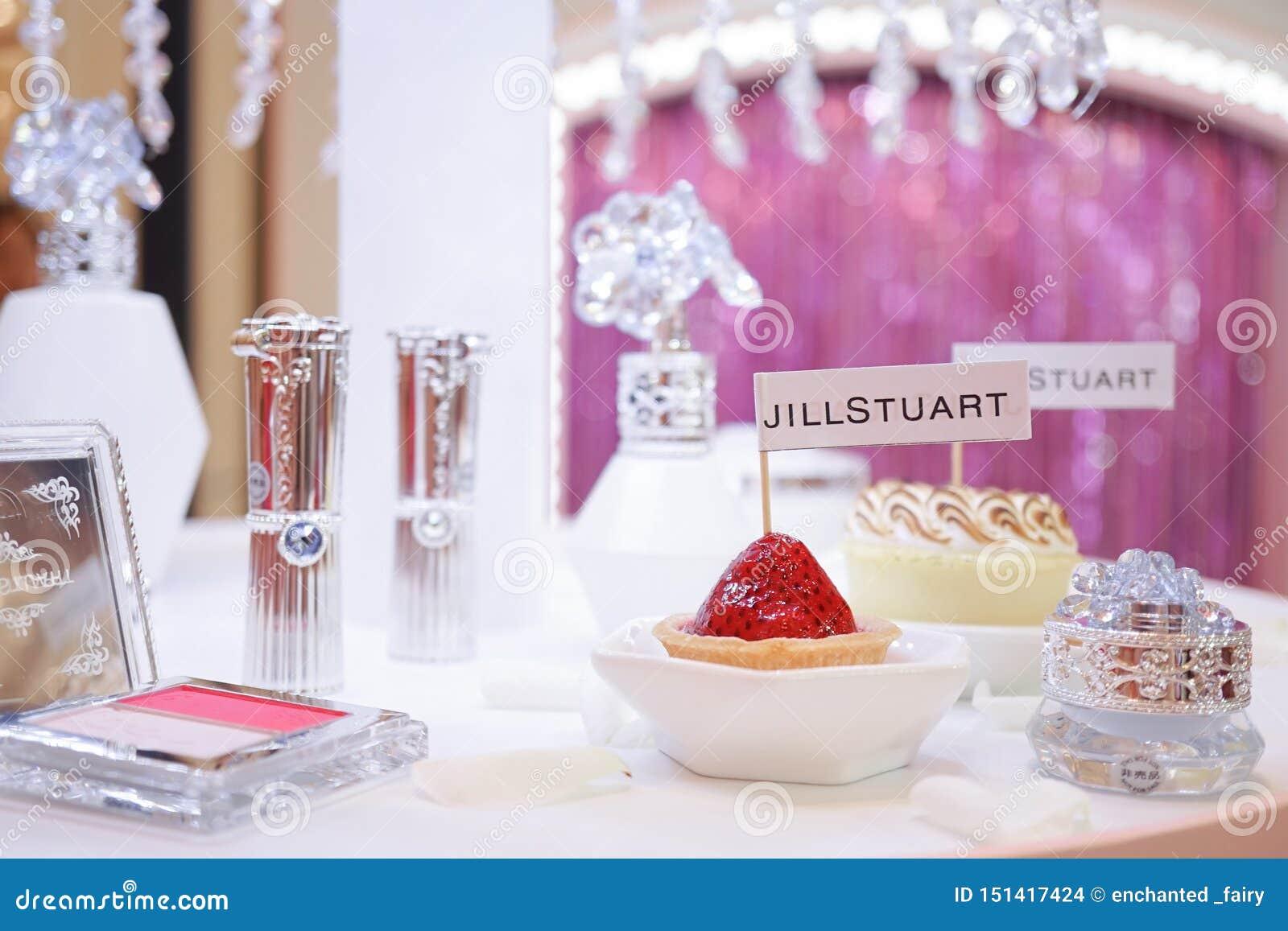 Uma foto da conferência de imprensa de Jillstuart com seus anúncio da coleção do produto novo e mini sobremesa,