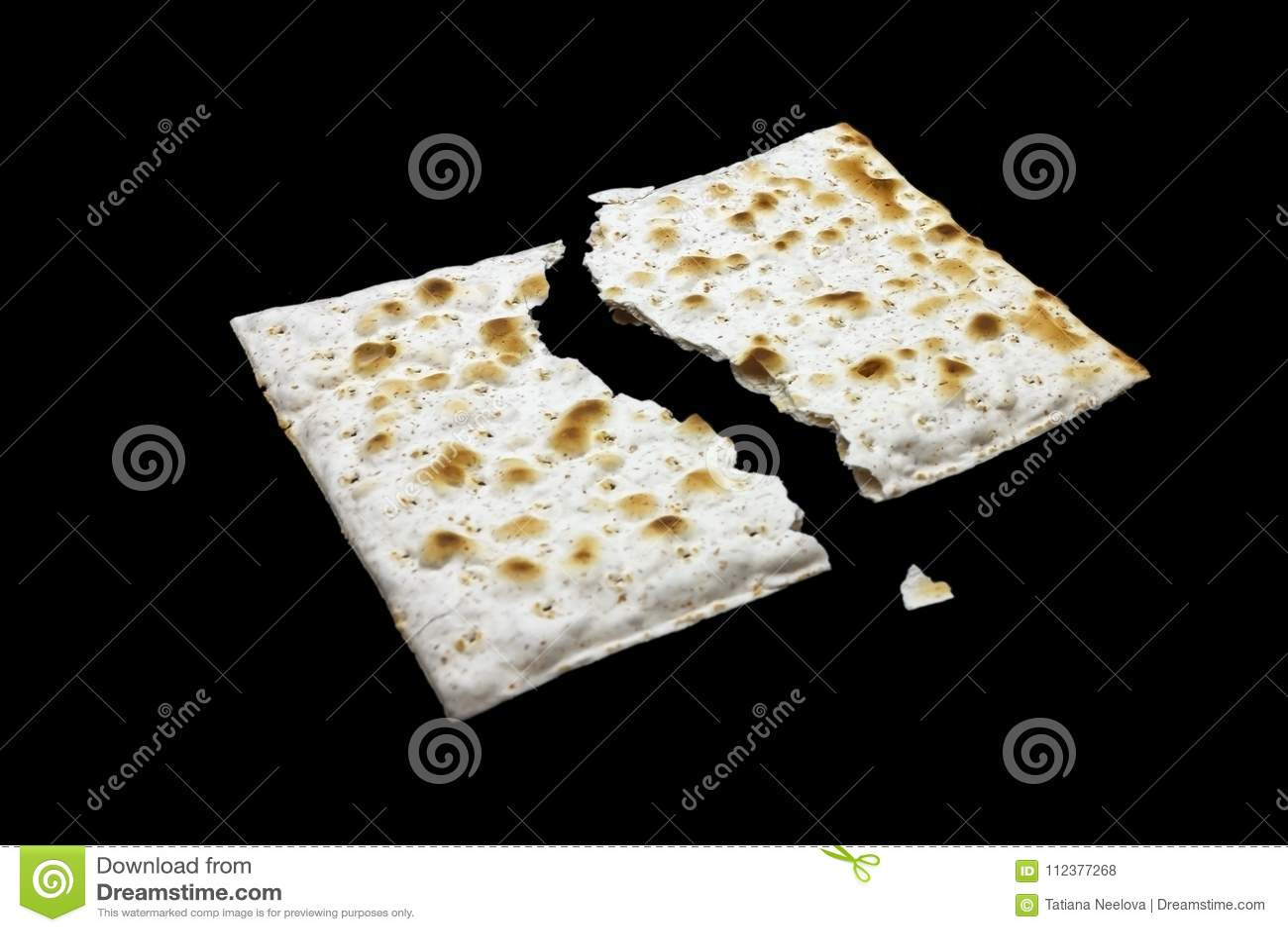 Uma foto de duas partes de matzah ou de matza isoladas no fundo preto Matzah para os feriados judaicos da páscoa judaica Lugar pa