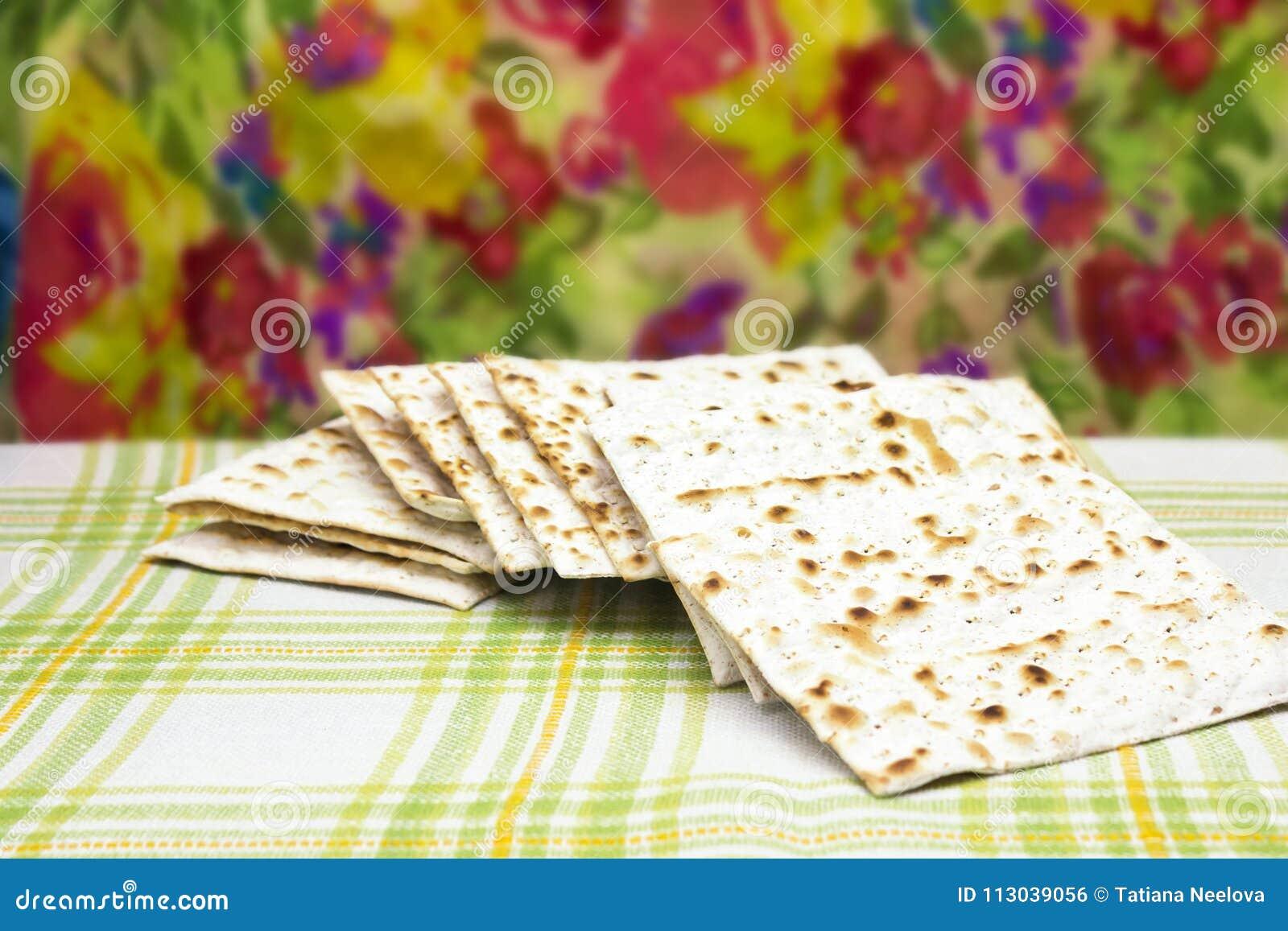 Uma foto do pão judaico do Matzah Matzah para os feriados judaicos da páscoa judaica Foco macio seletivo