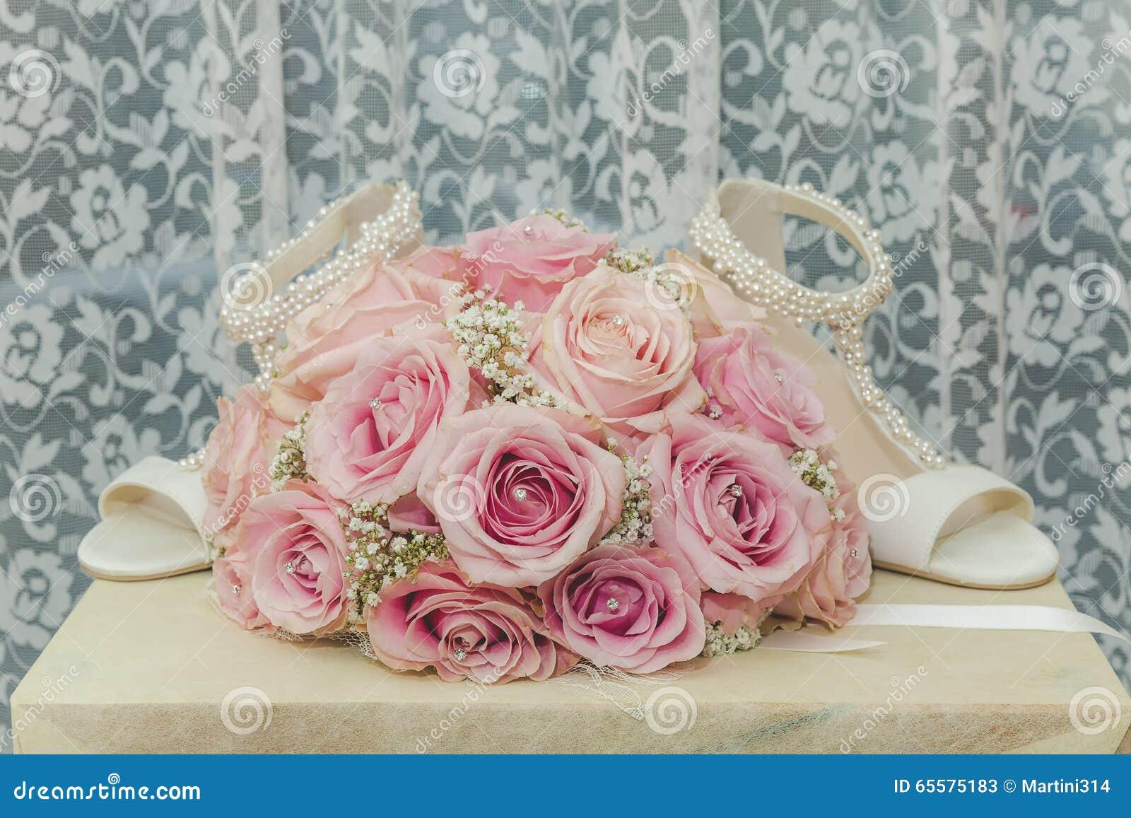 Uma foto macro colorida de um ramalhete detalhado com rosas cor-de-rosa, wh