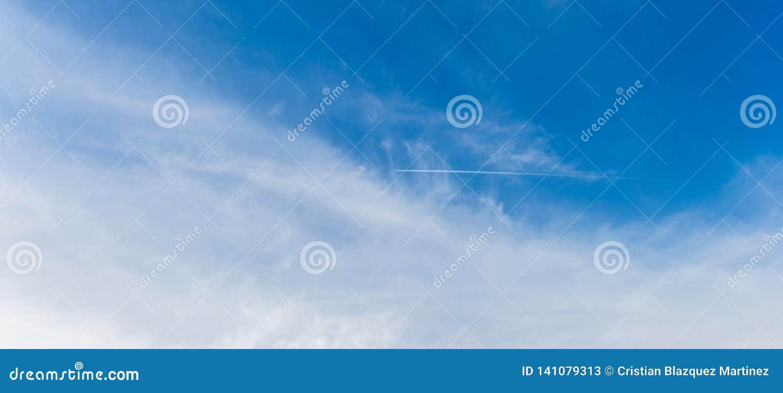 Uma fuga do avião através do céu