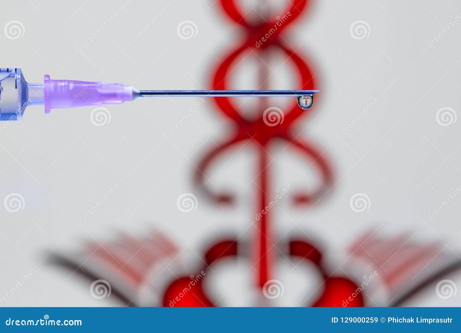 Uma gota da vacina na ponta da agulha e da seringa
