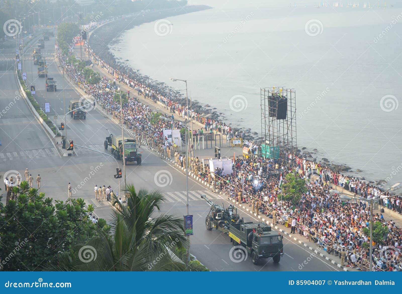 Uma ideia aérea da parada indiana do dia da república na movimentação marinha em Mumbai