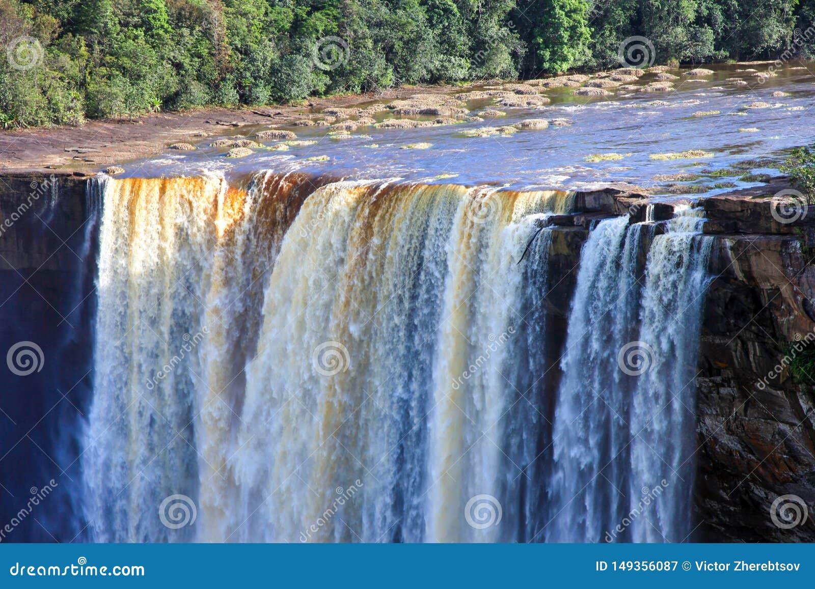 Uma ideia das quedas de Kaieteur, Guiana A cachoeira ? uma das cachoeiras as mais bonitas e as mais majestosas no mundo