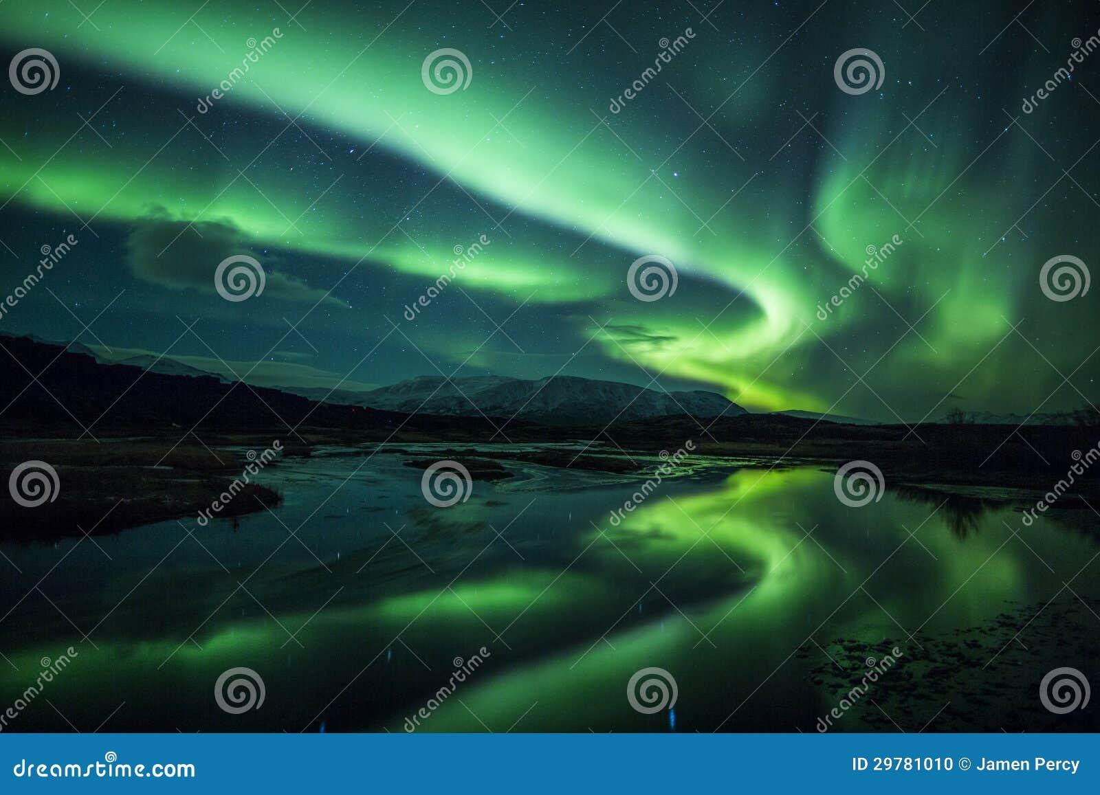 Aurora boreal acima de uma lagoa em Islândia