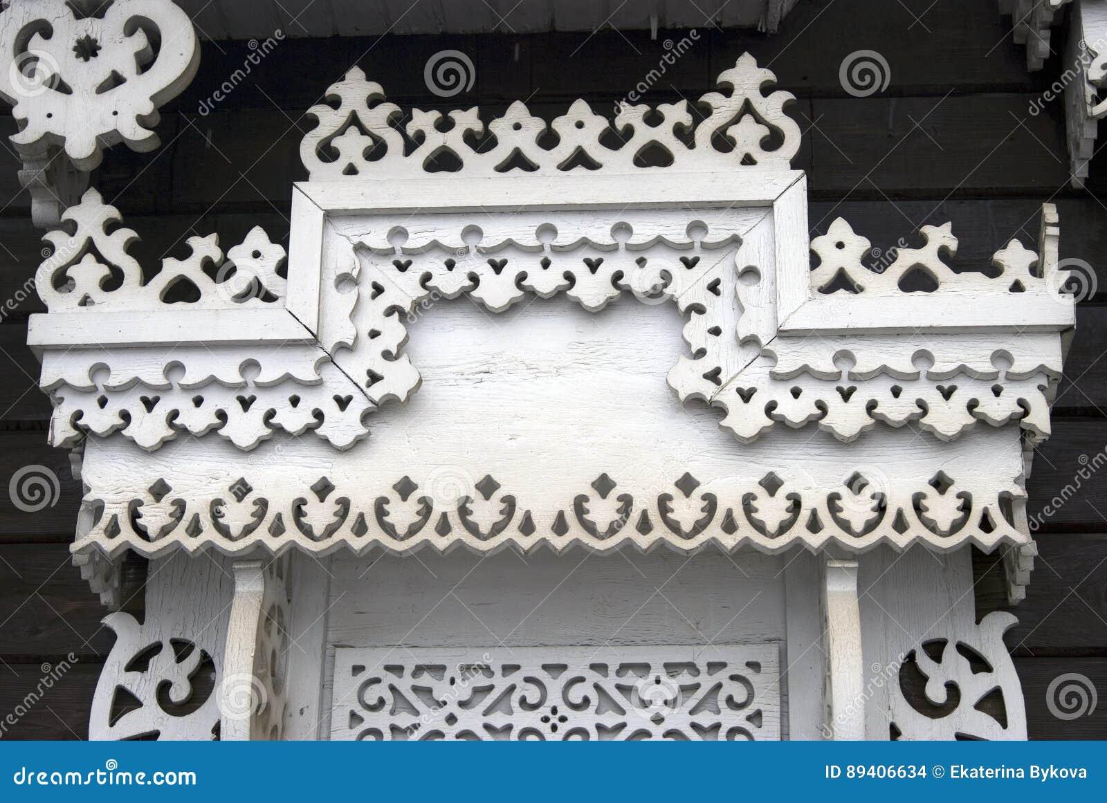 Uma janela de uma casa de madeira do condado decorada pelos quadros brancos
