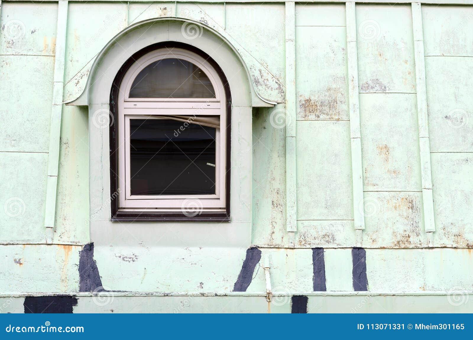Uma janela velha no telhado