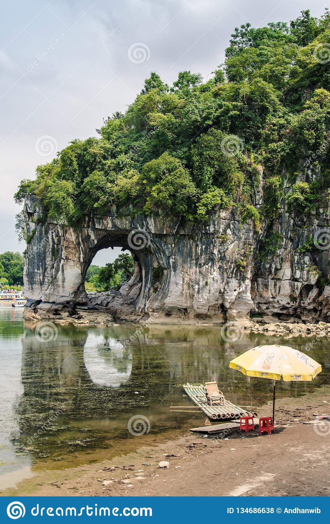 Uma jangada de bambu na costa perto do monte do tronco do elefante de Guilin
