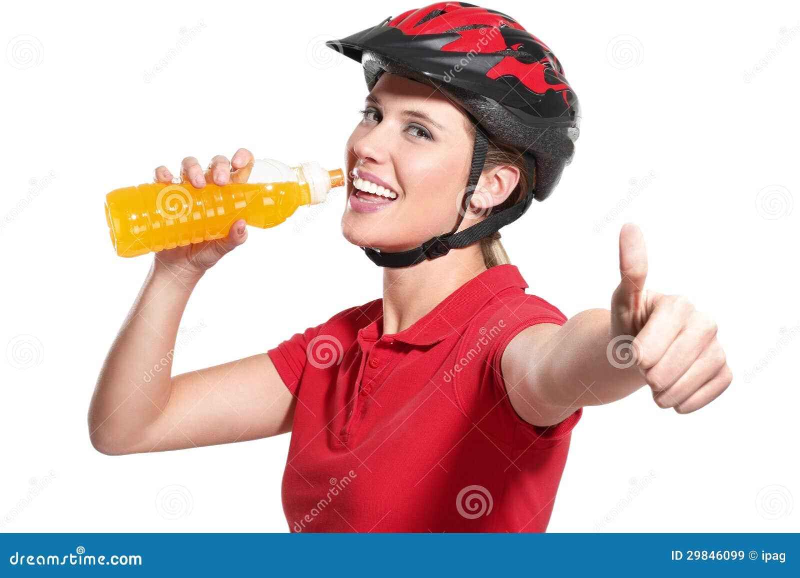 Jovem mulher com um capacete da bicicleta