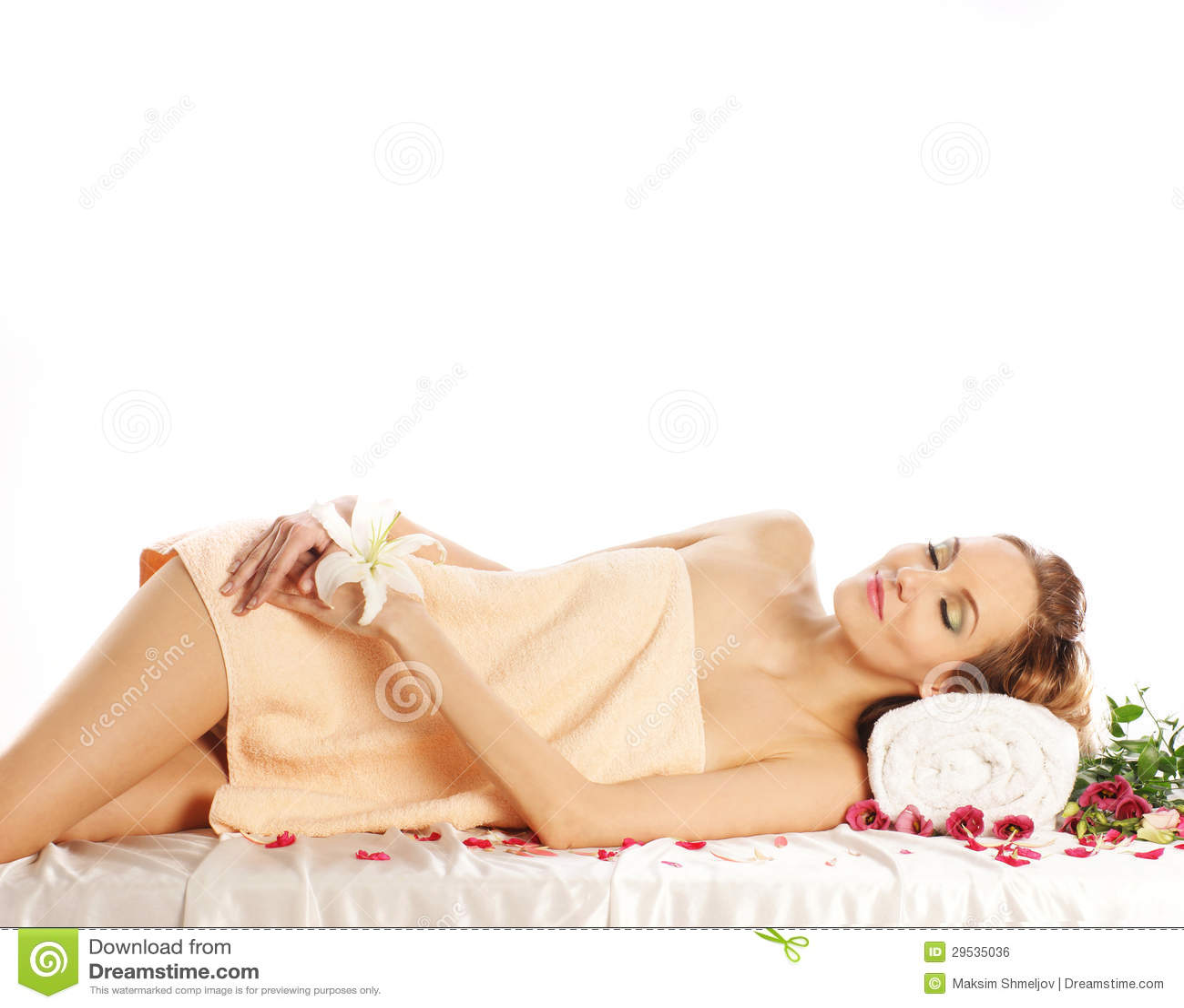 Uma jovem mulher em um procedimento da massagem dos termas