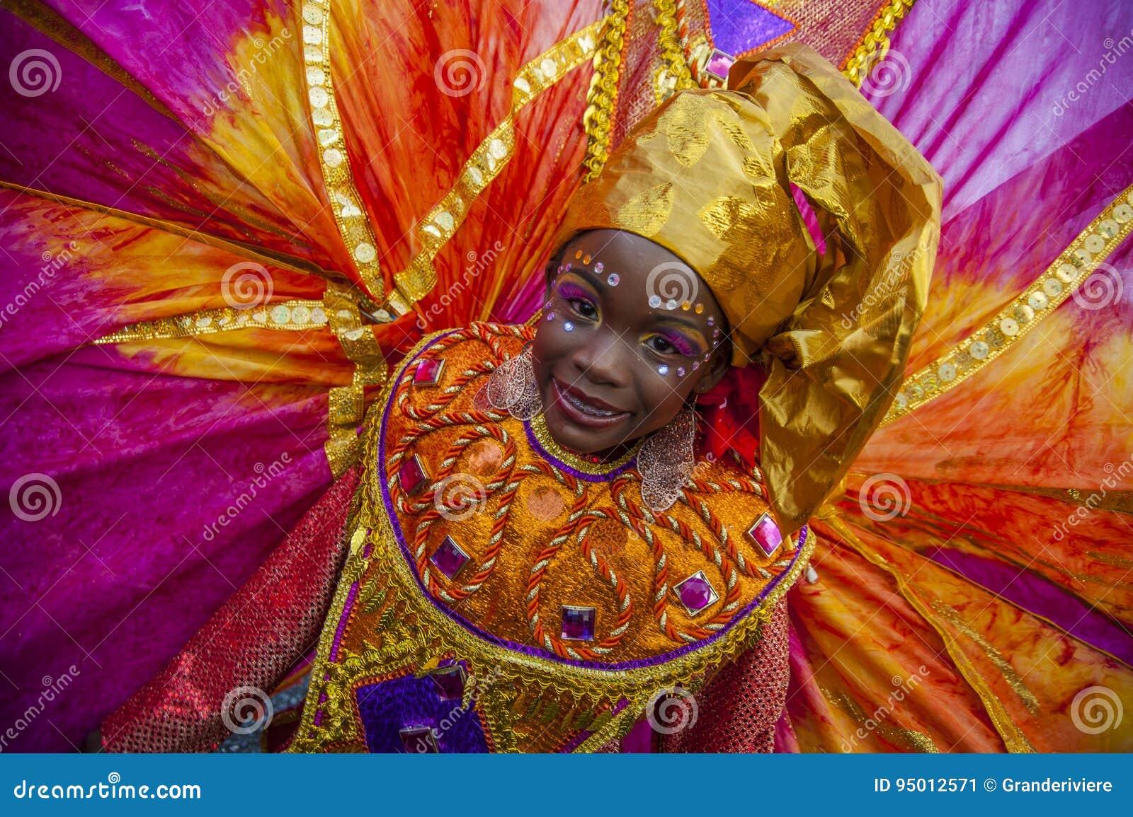 Uma jovem mulher no disfarce de Trinidad Carnival