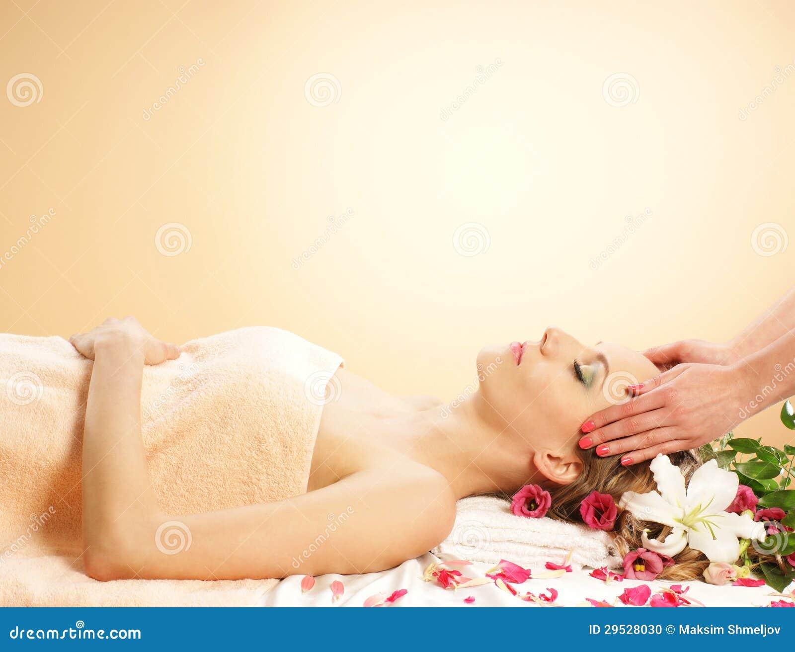 Uma jovem mulher que coloca no procedimento da massagem