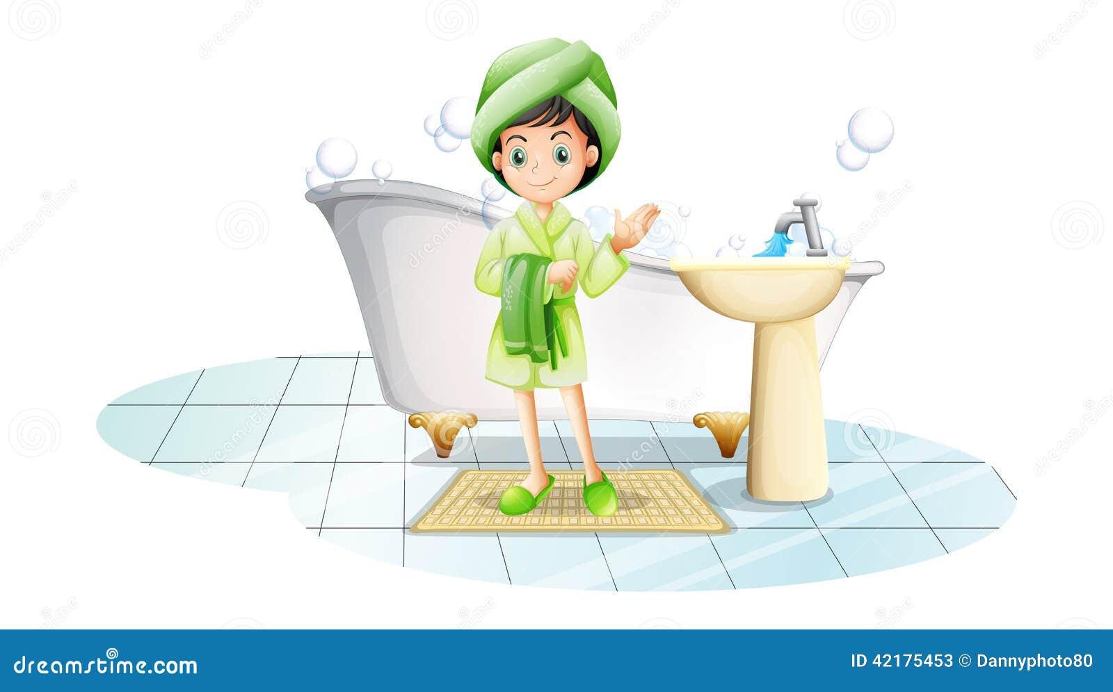 Uma jovem senhora que toma um banho com uma toalha verde
