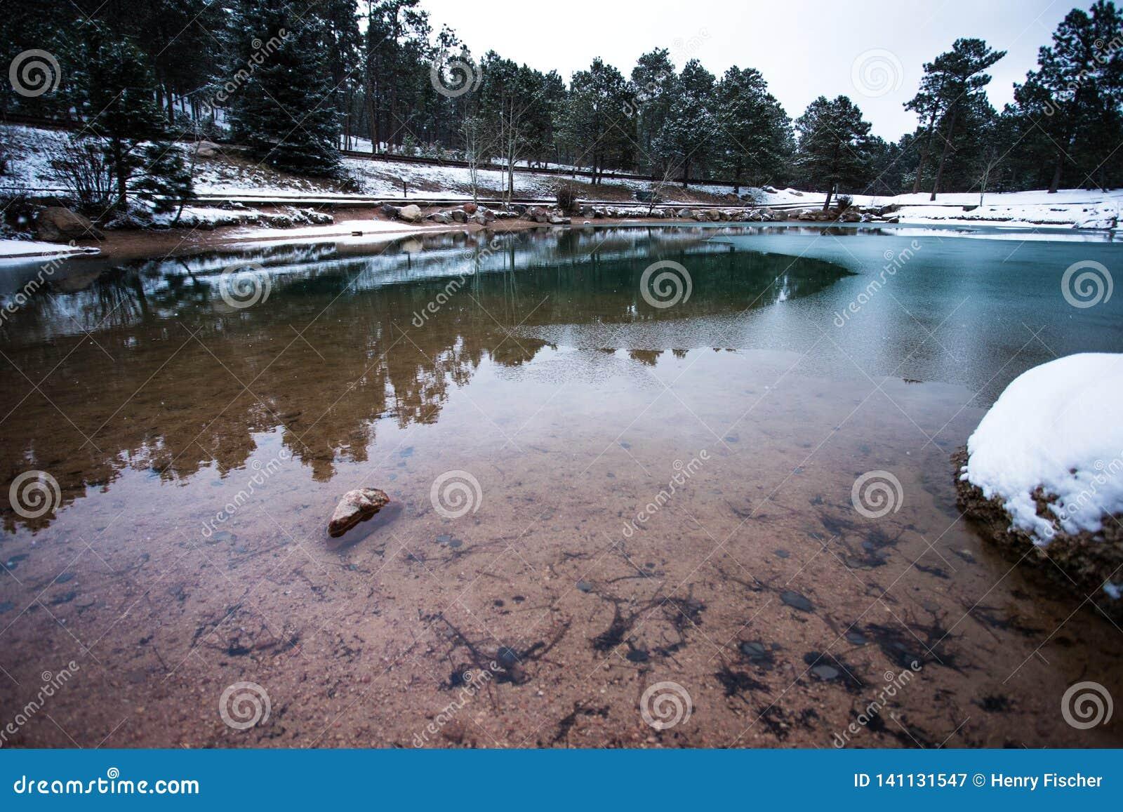 Uma lagoa gelada durante o inverno