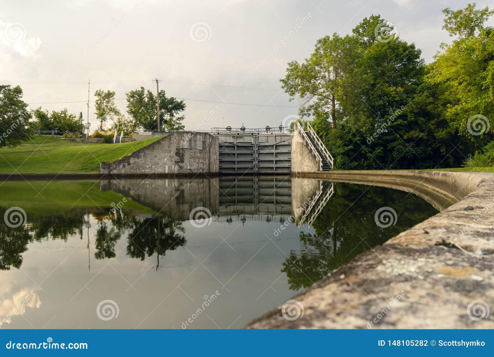 Uma lagoa guardando em um fechamento do canal