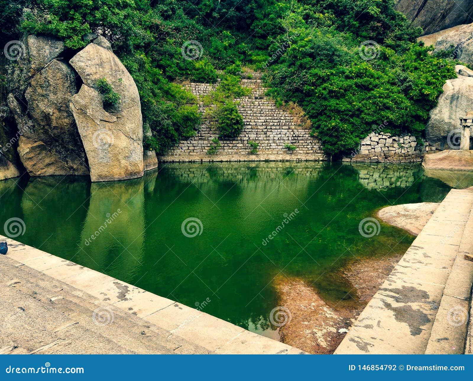 Uma lagoa verde na parte superior superior deste monte!