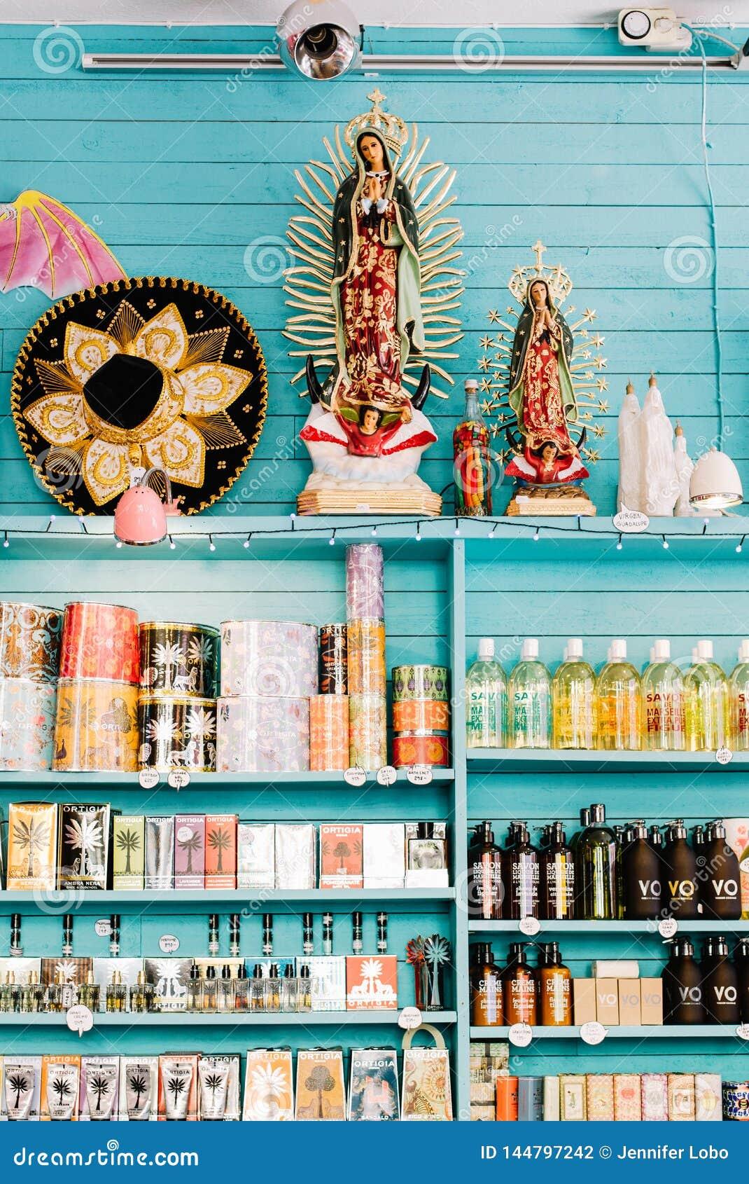 Uma loja colorida em Éstocolmo, Suécia