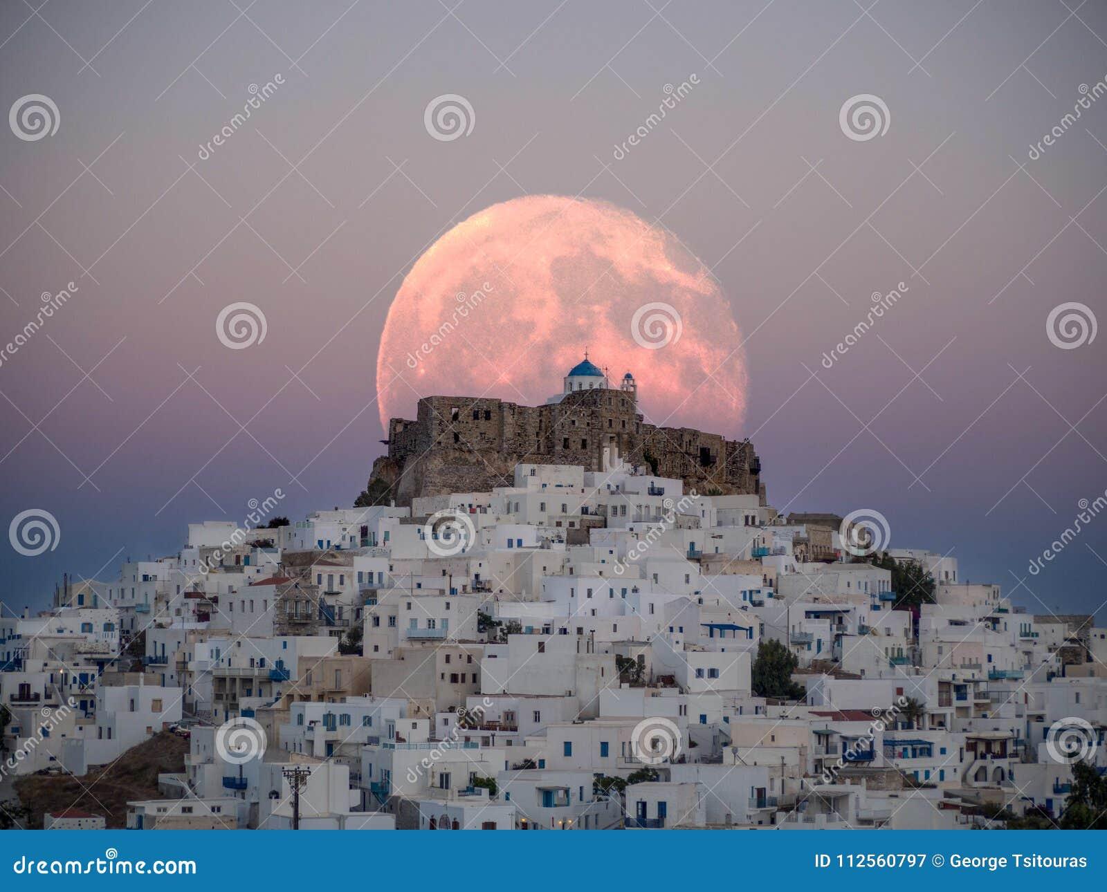 Uma lua grande não natural sobre o castelo de Astypalaia