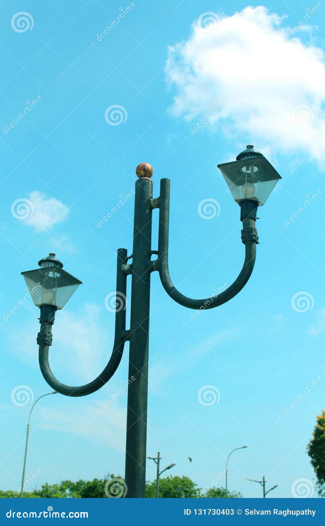 Uma luz de rua com céu