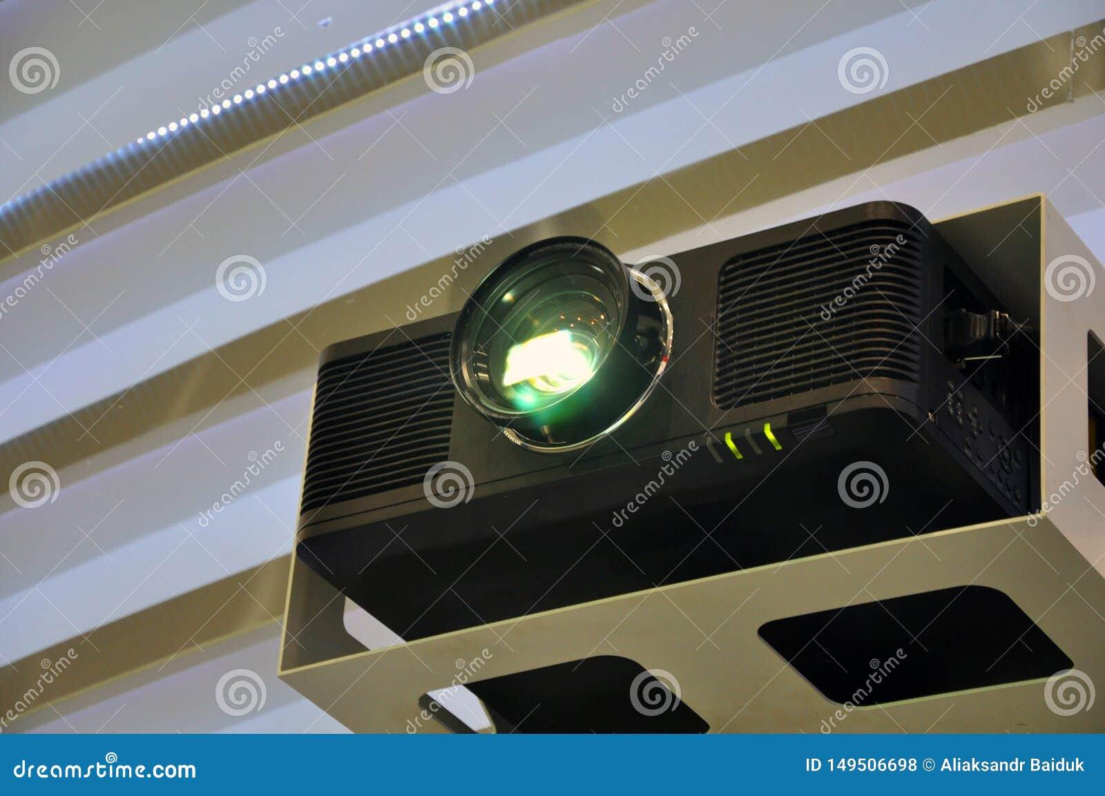 Uma luz do projetor a?reo em uma sala de reuni?o