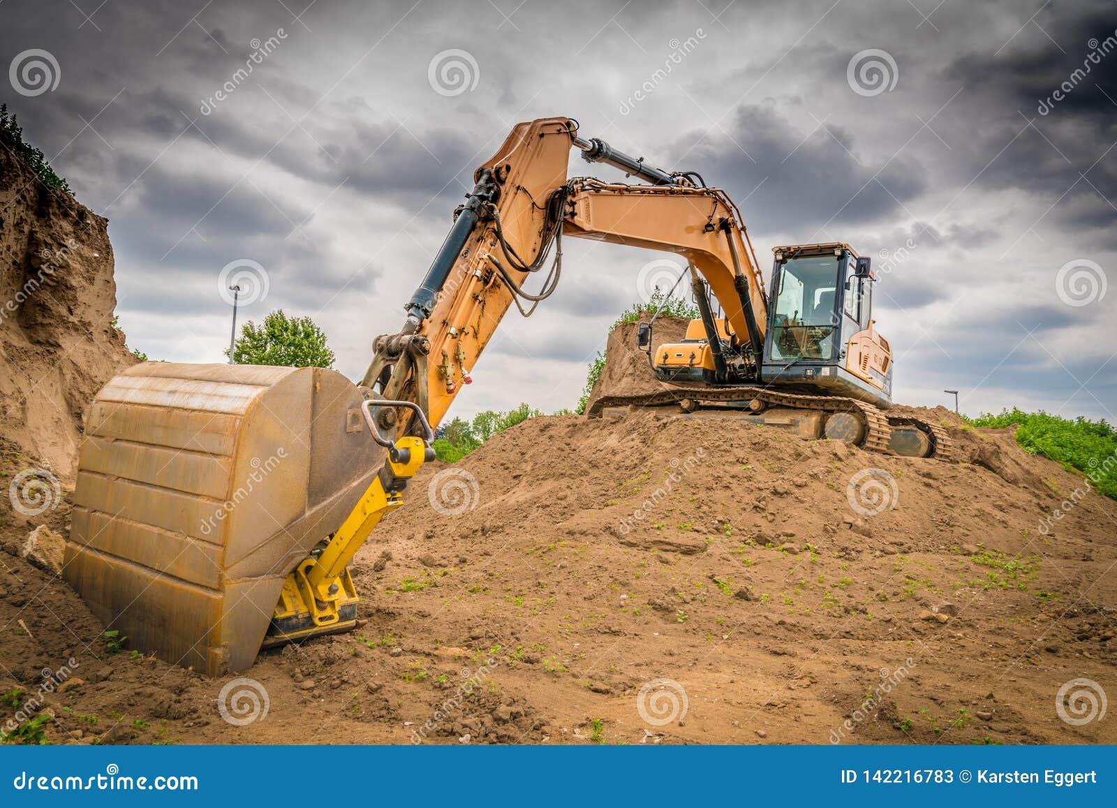 Uma máquina escavadora amarela no trabalho
