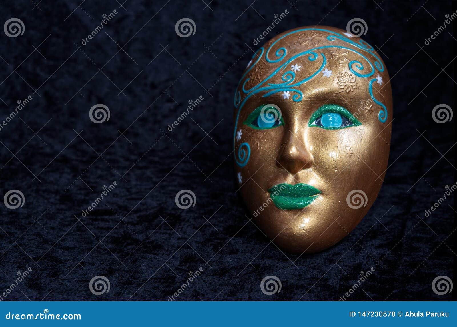 Uma máscara estranha sagrado está sorrindo
