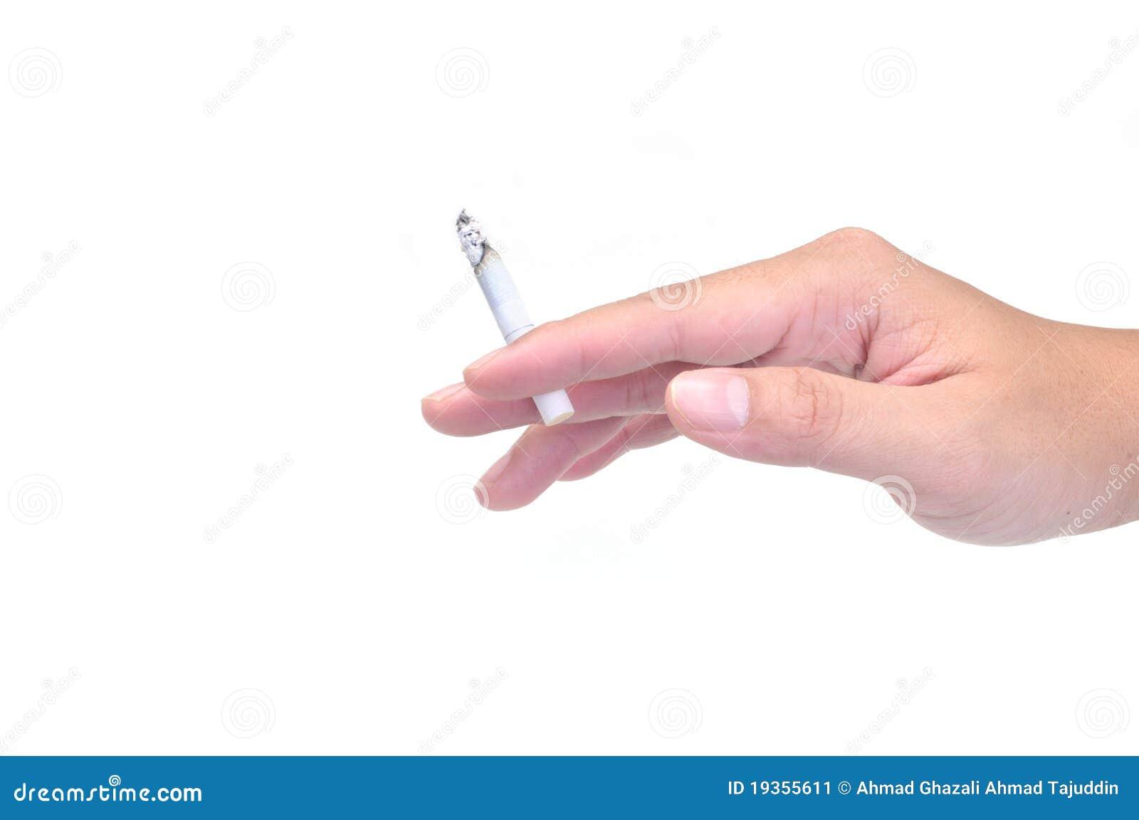 Uma mão que prende um cigarro