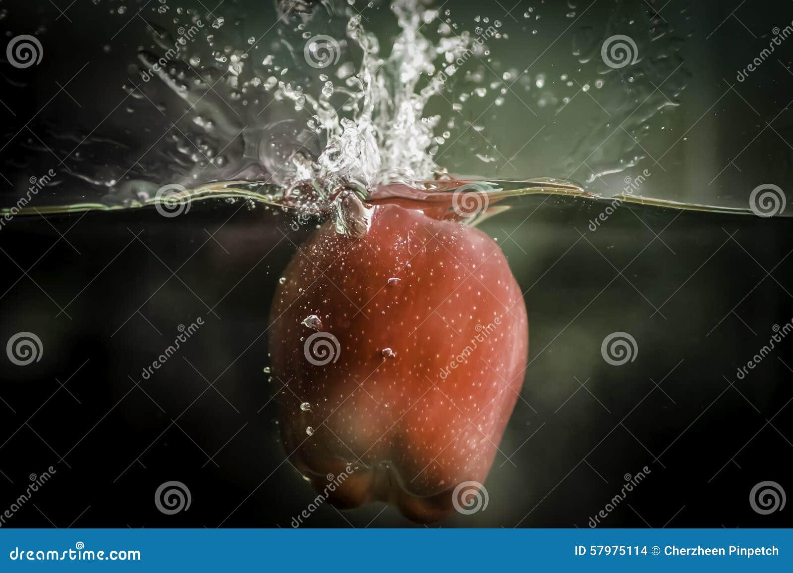 Uma maçã está caindo na água