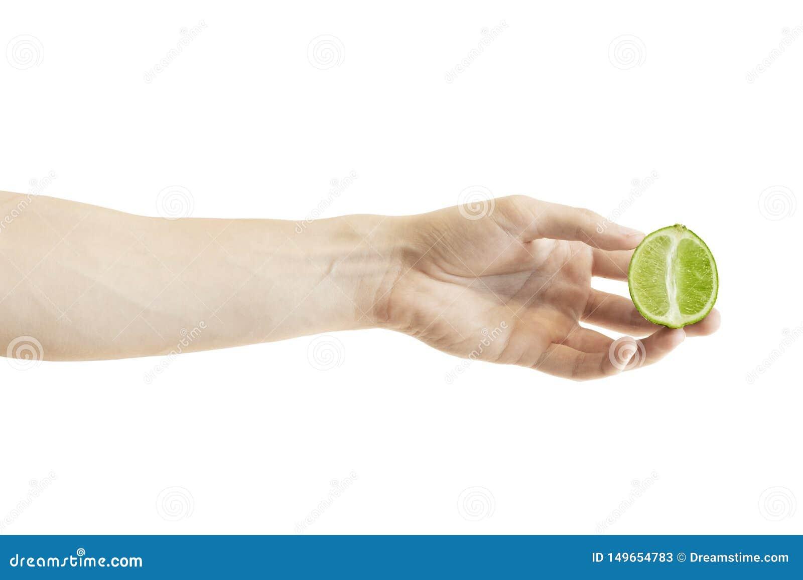 Uma meia fatia shredded de cal verde na mão dos homens isolada no fundo branco