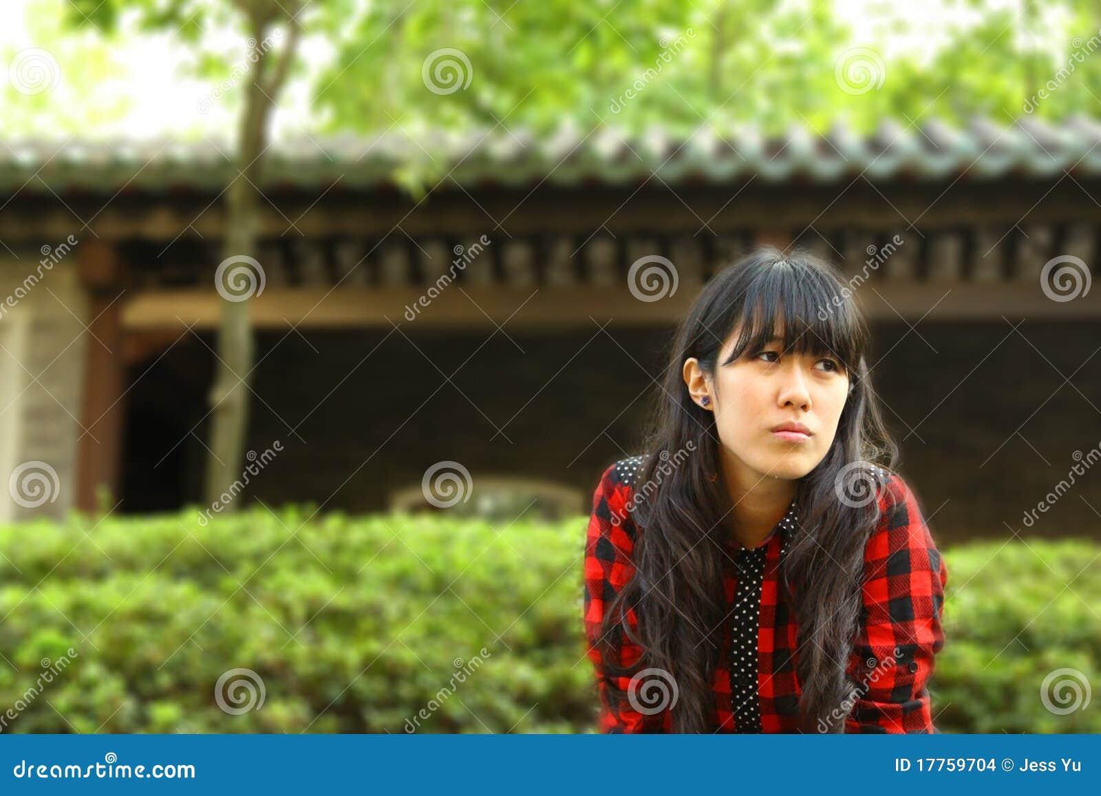 Uma menina asiática que esteja esperando