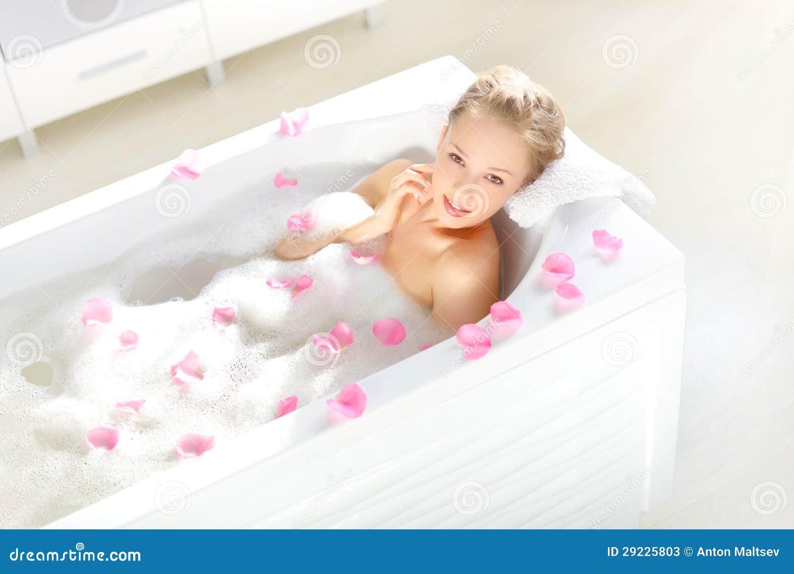 Download Uma Menina Atrativa Que Relaxa No Banho Imagem de Stock - Imagem de se, saudável: 29225803