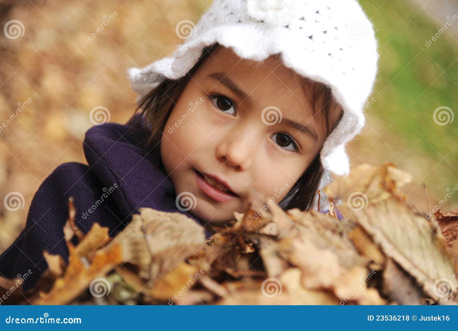 Uma menina com as folhas