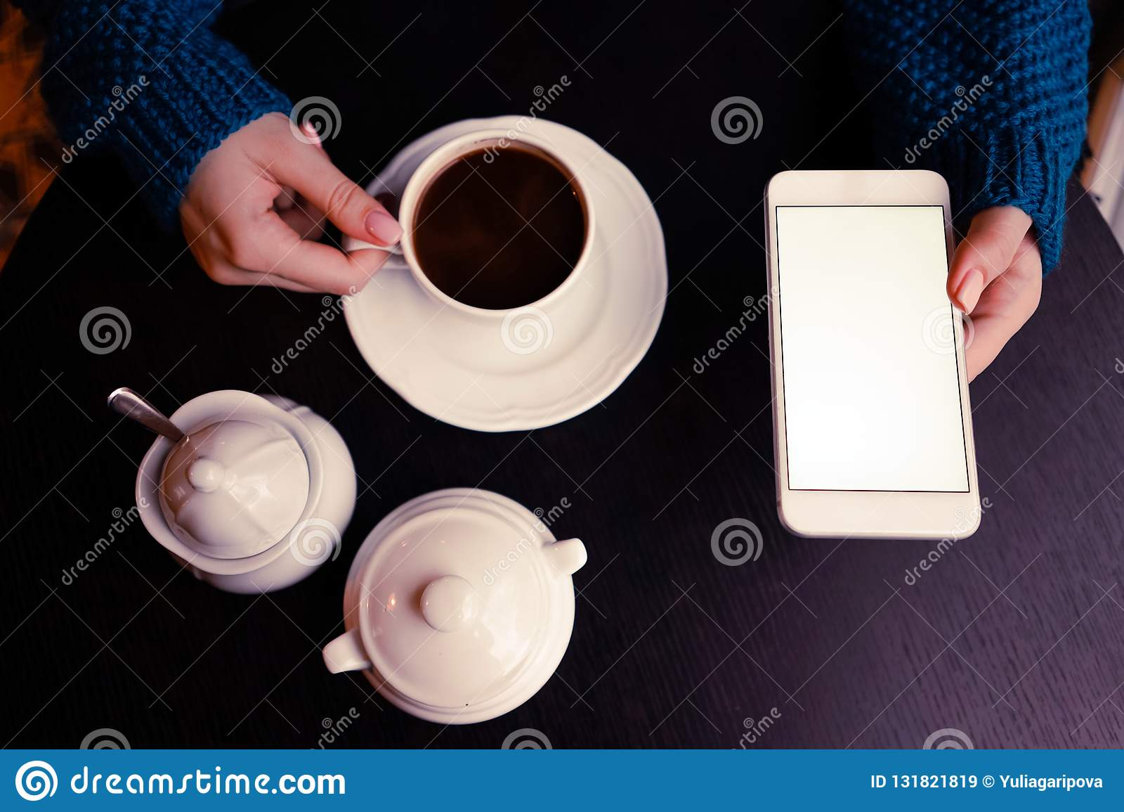 Uma menina com café e smartphone