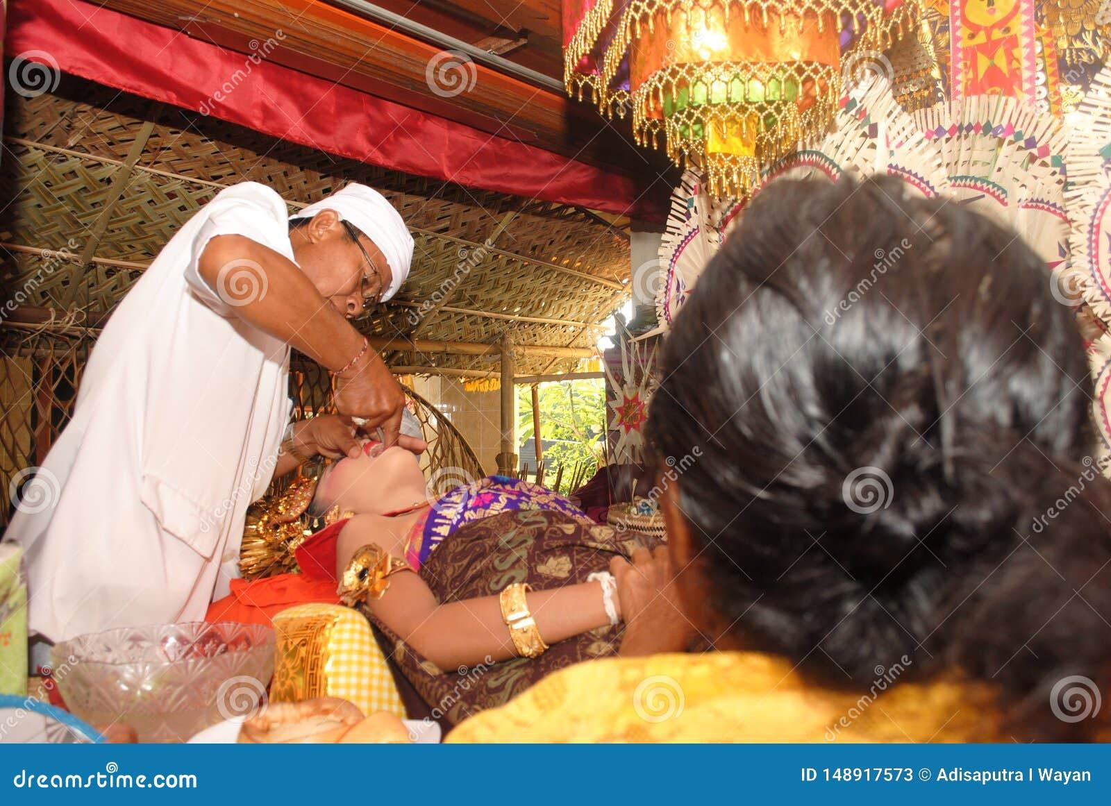 Uma menina do Balinese durante a cerimônia de Metatah
