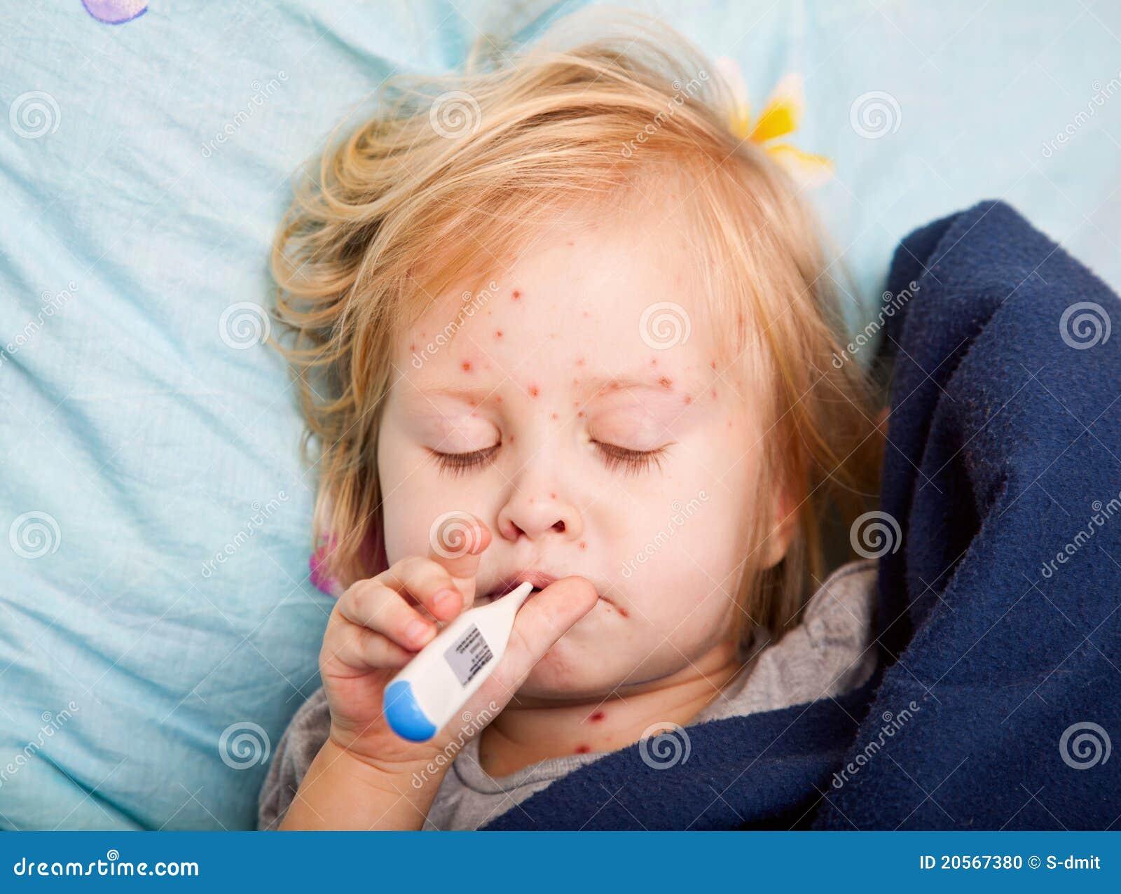 Uma menina doente está medindo a temperatura