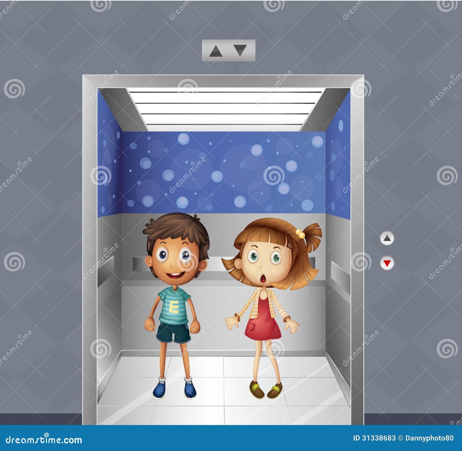 Uma menina e um menino dentro do elevador